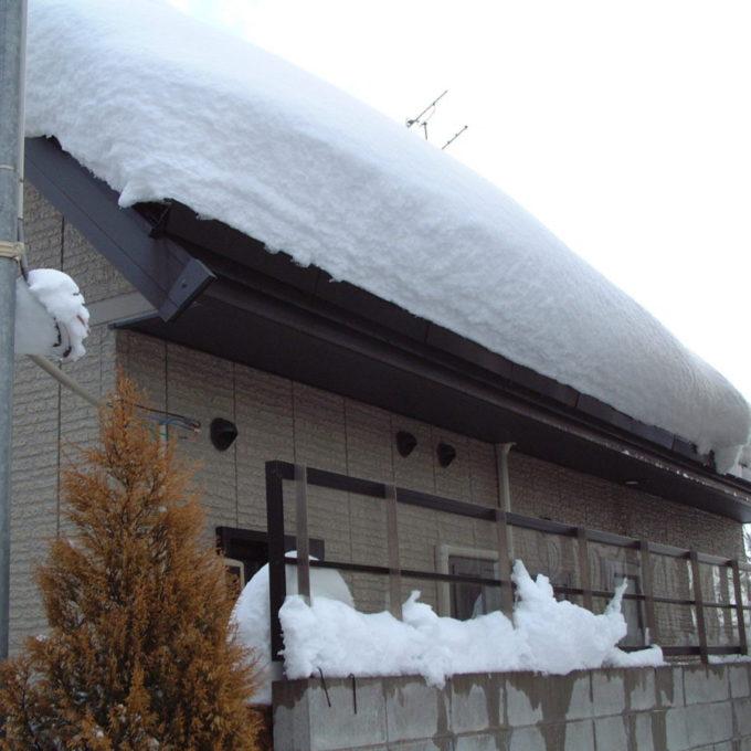 確実な住宅屋根の雪止部材